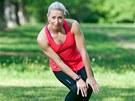 Kroužení kolen. Postavte se do stoje spojného (kolena a kotníky k sobě), kolena