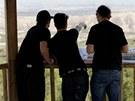 Gaspi ukazuje z vyhlídky filmařům monument Cabezo de las Cortinillas, kde už to