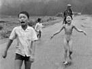 Jeden z nejslavnějších snímků z vietnamské války. Vyděšené děti včetně...