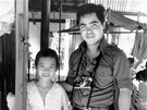 Kim Phuc s Nickem Utem asi rok poté, co na její vesnici shodily jihovetnamské...