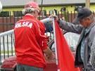 Pracovníci tržnice v polské Kudowě Zdróji vztyčují vlajku. (4. června 2012)