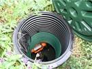 Pohled do jímky: v oranžovém pouzdře je uložený filtr, který je potřeba zhruba jednou za měsíc vyčistit.
