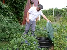 Petr Dobrý odkrývá poklop jímky na dešťovou vodu; její filtr čistí jednou měsíčně.