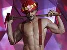 Herec Joe Manganiello přichází na pódium, aby předal ocenění za nejlepší proměnu
