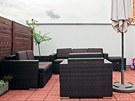 Na terasu o ploše 30 m2 umístili majitelé nábytek z umělého ratanu.