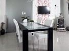 Jídelní stůl je umístěn mezi kuchyň a obývací pokoj, který lze v případě