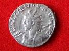 Stříbrná mince vyražená ve francouzském Lyonu, kterou našli archeologové při...