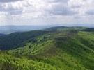 Hřebenovka k vrcholu Nagy Hideg hegy (vpravo), vlevo v dálce Dunaj a pohoří