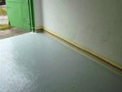 Sokl natírejte, až budete mít zachlou hotovou podlahu.