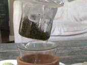 Opravdu silný zelený čaj, kdy každý lok vydá za šálek, lze připravit ve