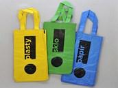 Tašky na tříděný odpad, které by měli získat všichni občané Ostravy.