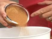 Nakonec přisypte ještě zhruba lžíci hnědého nerafinovaného cukru a marinádu...