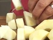 Oloupané jablko či jablka nakrájejte na kostky.