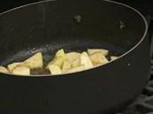 Cukr se spojí s máslem, rozpustí se a postupně zkaramelizuje.