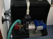 Čerpadlo umožňující čerpání dešťové vody z jímky k použití na splachování WC a praní je schováno v technické místnosti.