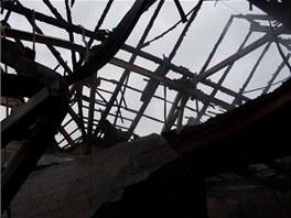 Požár zachvátil rozsáhlou budovu ve tvaru písmene T, z níž jedna část byla o
