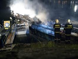 Na Vranovské přehradě v noci hořela loď Dyje. Oheň ji zcela zničil, škoda je