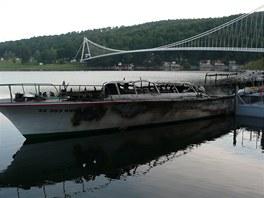 Na Vranocské přehradě v noci hořela loď Dyje. Oheň ji zcela zničil.