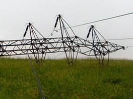 Zřícený elektrický stožár na Novojičínsku po zásahu zlodějů kovů a silného větru