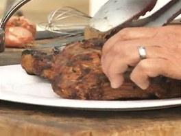 Kotlety naservírujte na talíř, pak přidejte zakaramelizované jablečné kostky z...