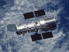Neviděl někdo bratříčka? Hubbleův teleskop na oběžné dráze, kde zůstane ještě několik let. Pak by měl být (patrně s pomocí robotické mise) řízeně naveden do zemské atmosféry.