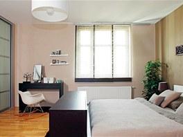 Postel a toaletní stolek je z Ikea, vestavěná skříň je vyrobená na míru,