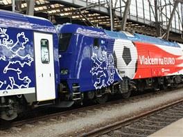 Polep lokomotivy 380 v národních barvách s fotbalovými symboly a dvouocasým