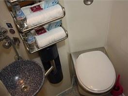 Každá kabina lůžkového vozu má také svou toaletu se sprchou
