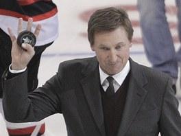 CHVÍLE PRO LEGENDU. Wayne Gretzky, který za LA hrával, provedl slavnostní buly