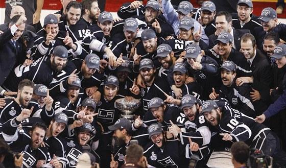 HISTORICK� CHV�LE. Hokejist� Los Angeles slav� poprv� zisk Stanleyova poh�ru.