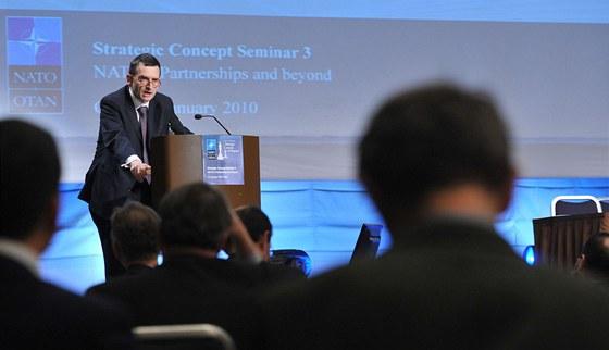 Volker Perthes debatuj�c� v NATO (2010)