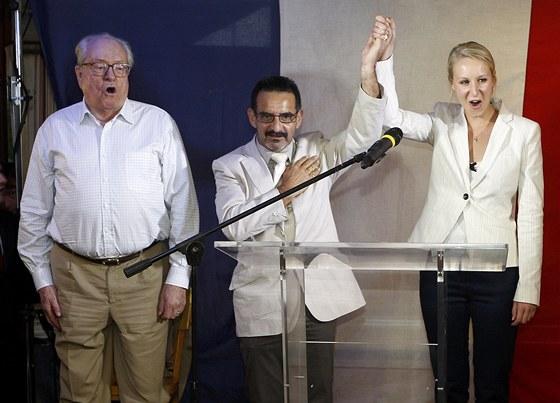 Jean-Marie Le Pen, zakladatel francouzské Nové fronty (vlevo), oslavuje