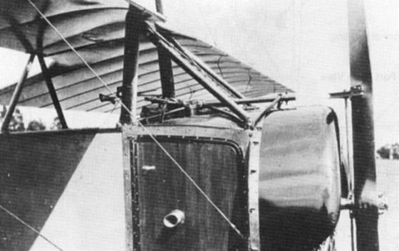 """Příď letounu Morane-Saulnier L s vrtulí opatřenou """"sekačkami"""""""