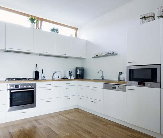 Kuchy�sk� linka z lakovan�ch MDF desek m� praktick� minimalistick� design.