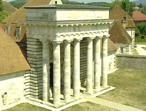 Do komplexu se vstupuje monumentálním portikem.