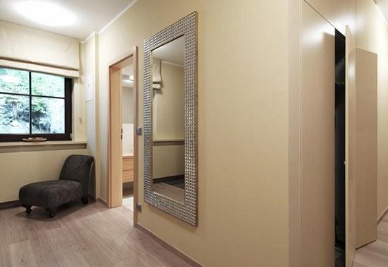 Zrcadlo v chodbě vybraly architektky z nabídky značky Design Mirrors. Odpočivné