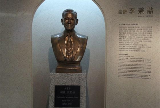 Muzeum historie spole�nosti Samsung - busta zakladatele Lee Byung-chulla
