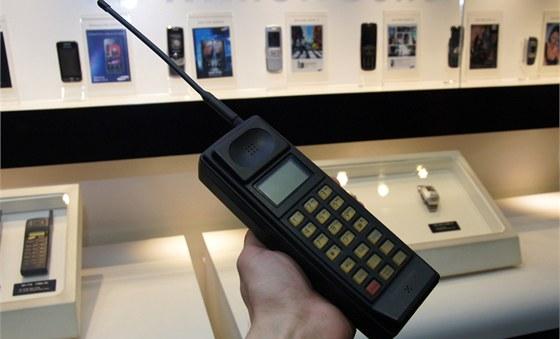 Muzeum Samsung - prvn� mobiln� telefon zna�ky SH-100 (1988)