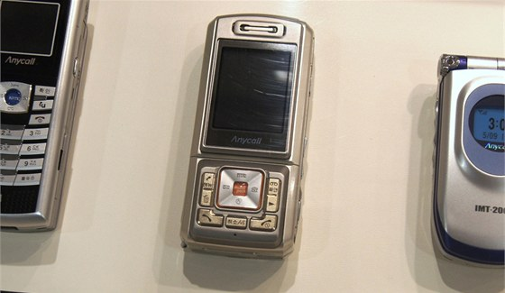 Muzeum Samsung - SPH-S2300, prvn� fotomobil s 3Mpx rozli�en�m a trojn�sobn�m