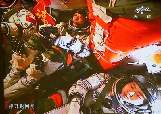 Čínští astronauti před spojením s experimentálním modulem Tchien-kung 1.