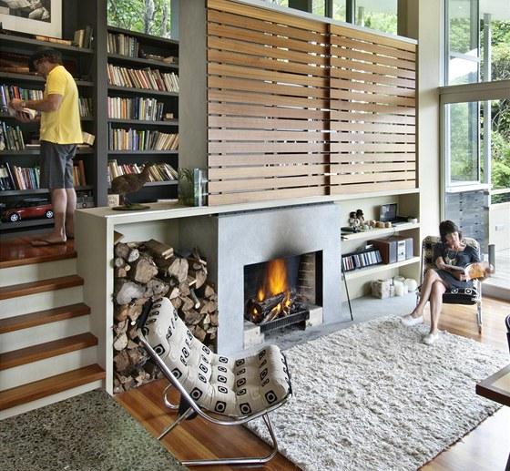 Kromě přírodního dřeva a výrazné hliníkové linie rámů oken je prostor doplněn o