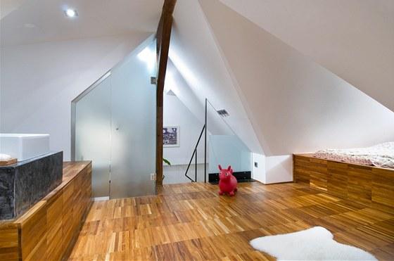 V horn�m pat�e je postel o velikosti 2 � 2 metry, kam se pohodln� vejde cel�
