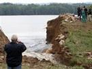 Hasiči ve středu znovu bojovali s trhlinami v hrázi rybníka Dolní Kladiny u