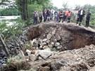 Protržená hráz rybníka Dolní Kladiny na Pelhřimovsku.