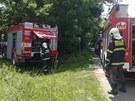 Policist� a hasi�i v pra�sk�ch Cholupic�ch, kde bylo v ho��c�m aut� nalezeno