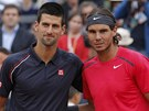 PED ZPASEM. Novak Djokovi (vlevo) a Rafael Nadal ped finle Roland Garros.