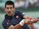 RETURN. Novak Djokovi odvrac tk m ve finle Roland Garros.