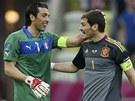 P��TEL� G�LMANI. Gianluigi Buffon z It�lie (vlevo) a �pan�l Iker Casillas v