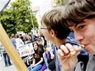 Několik stovek studentů Gymnázia Dašická se sešlo před Krajským úřadem, aby...