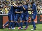 FRANCOUZSKÁ RADOST. Francouz�tí fotbalisté se radují ze vst�eleného gólu.